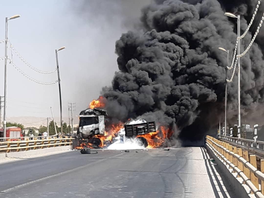 جاده رامشیر و امیدیه به سمت اهواز برای دقایقی مسدود شد / یک دستگاه کامیون آتش گرفت